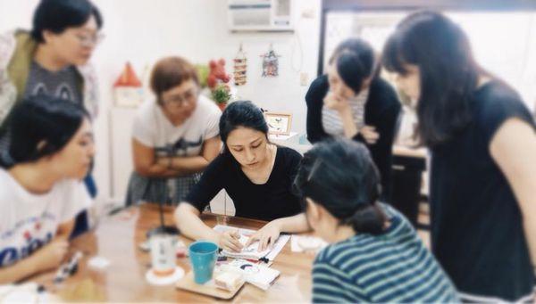 Marie 瑪麗家跟學員們示範刺繡訣竅(取自作者臉書).jpg