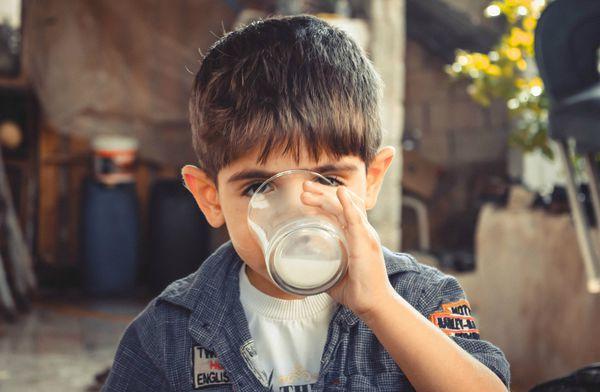 小心!孩子牛奶跟食物一起吃 可能是消化不良的主因